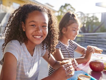 children eating lunch outside