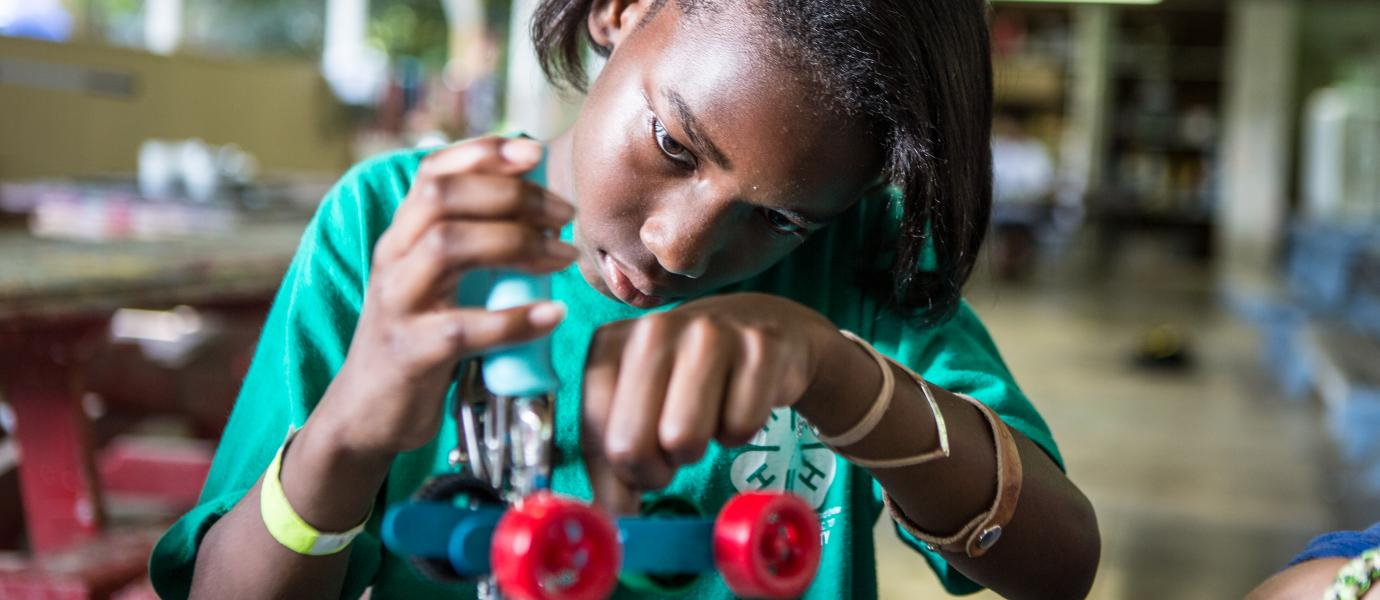 4H girl building robots